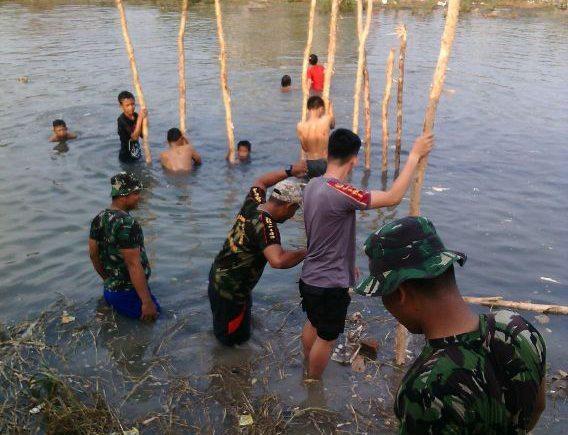 Bahu Membahu, TMMD Tancap Terucuk Antisipasi Abrasi Sungai