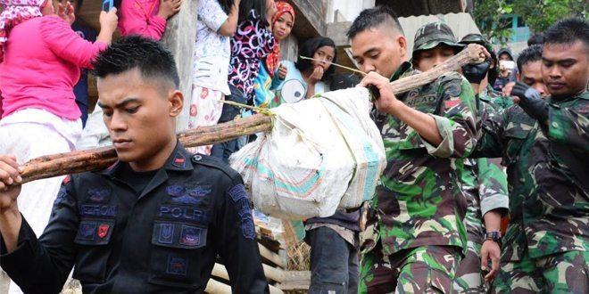 Prajurit Korem 142 Bantu Evakuasi Korban Aviastar