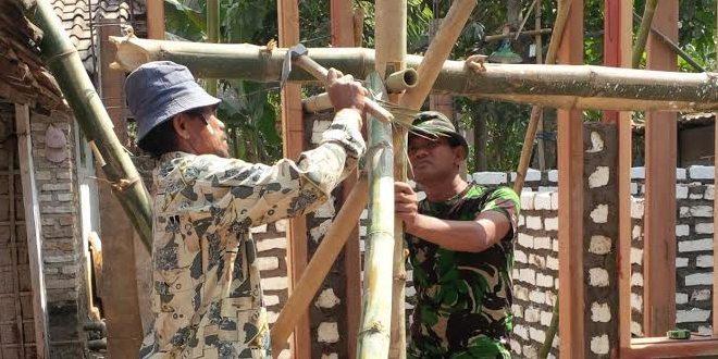 Anggota Kodim Bedah Rumah Veteran di Bangkalan