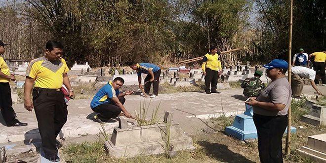 TNI-Polri Bersama Warga Bersihkan TPU Sumber, Pangkur Ngawi