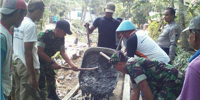 Babinsa Bersama Masyarakat Desa Bagung Laksanakan Pengecoran Jalan Desa
