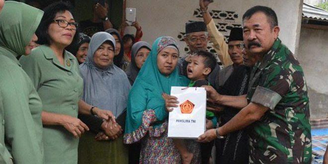 Panglima TNI Beri Santunan Kepada Keluarga Alm. Kopda Dadi Santoso