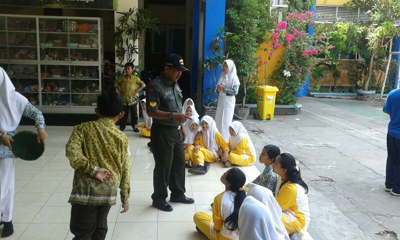 Koramil Pabean Cantian Latih Game Matematika Wawasan Kebangsaan SMPN 8 Surabaya
