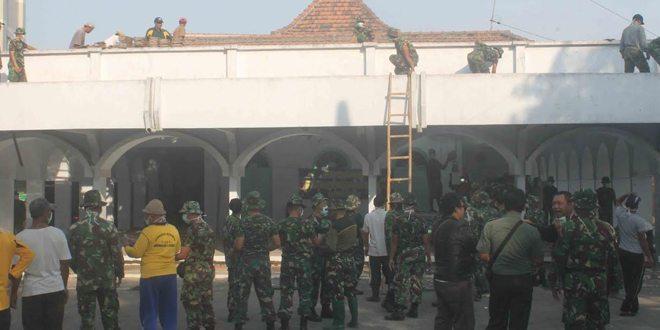 Gotong Royong TNI, Polri dan Masyarakat Bongkar Masjid Besar Kec. Diwek untuk Direnovasi