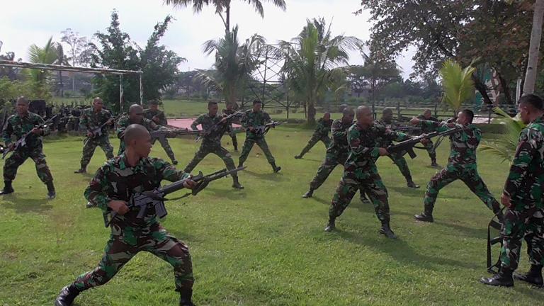Prajurit Kompi Bantuan 752/VYS Laksanakan Latihan Perkelahian Sangkur