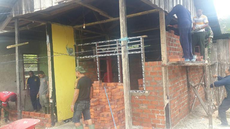 Prajurit TNI-Polri Bantu Renovasi 54 Rumah Pasca Gempa Sorong