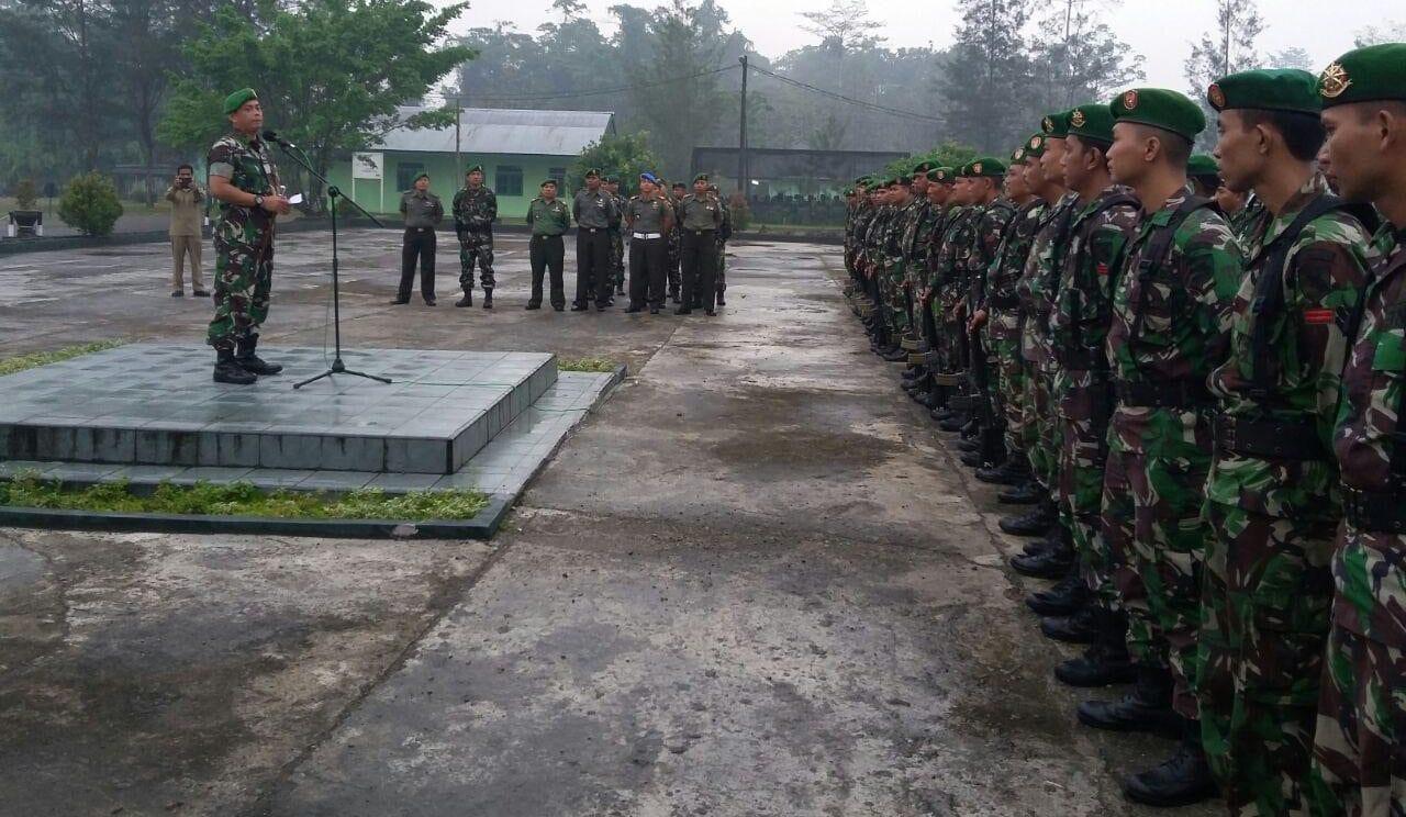 Dandim 1710/Mimika Memberikan Jam Komandan Kepada Prajurit dan PNS