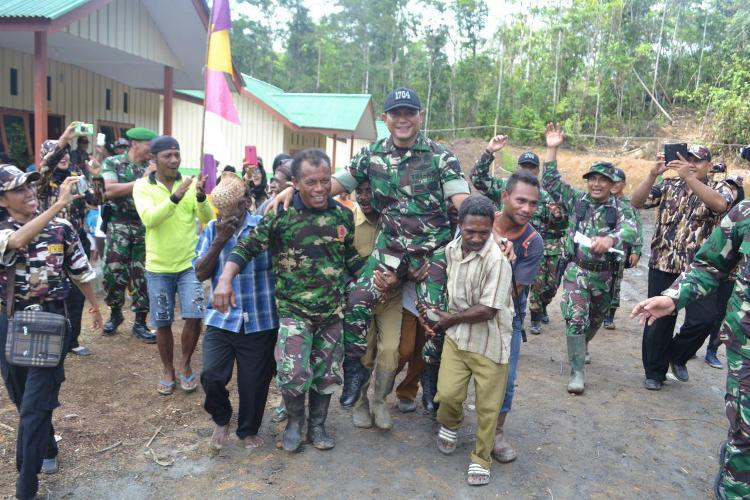 Warga Kampung Malawer Ucap Syukur Kepada Tuhan Dibangunkan Rumah Program TMMD Ke-95 di Papua