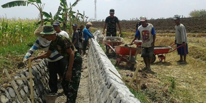Koramil Kendal Bersama Warga, Gencar Bangun Talud di Towo Ngawi