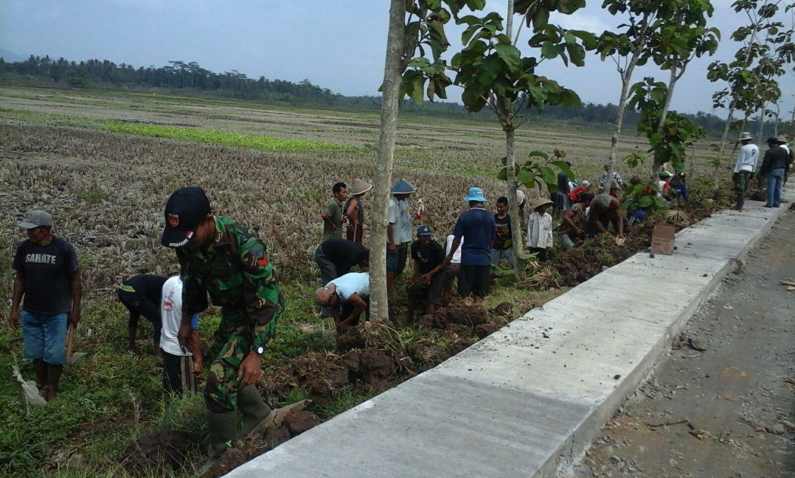 Babinsa Koramil 18/Puring Ajak Masyarakat Perbaiki Jalan
