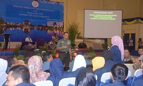 Panglima TNI Memberikan Kuliah Umum Jati Diri Bangsa di Unair