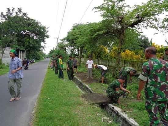 Koramil 0809/13 Kepung bersama warga bersihkan (TPU) Desa Kebonrejo