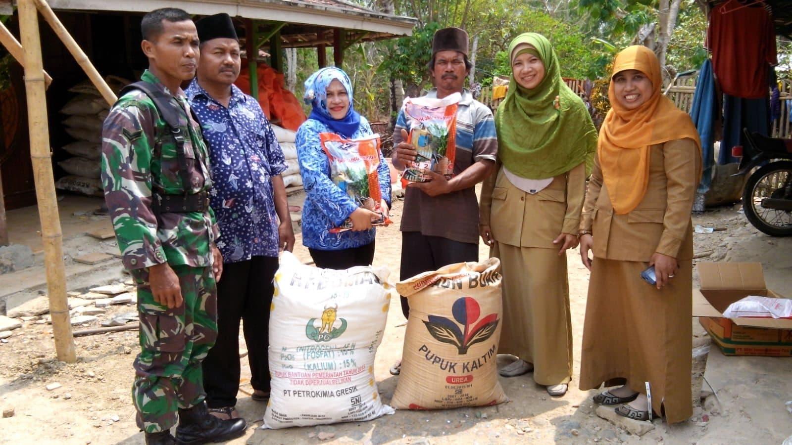 Babinsa Sepulu, Salurkan Bibit dan Pupuk Untuk Petani di Tiga Desa