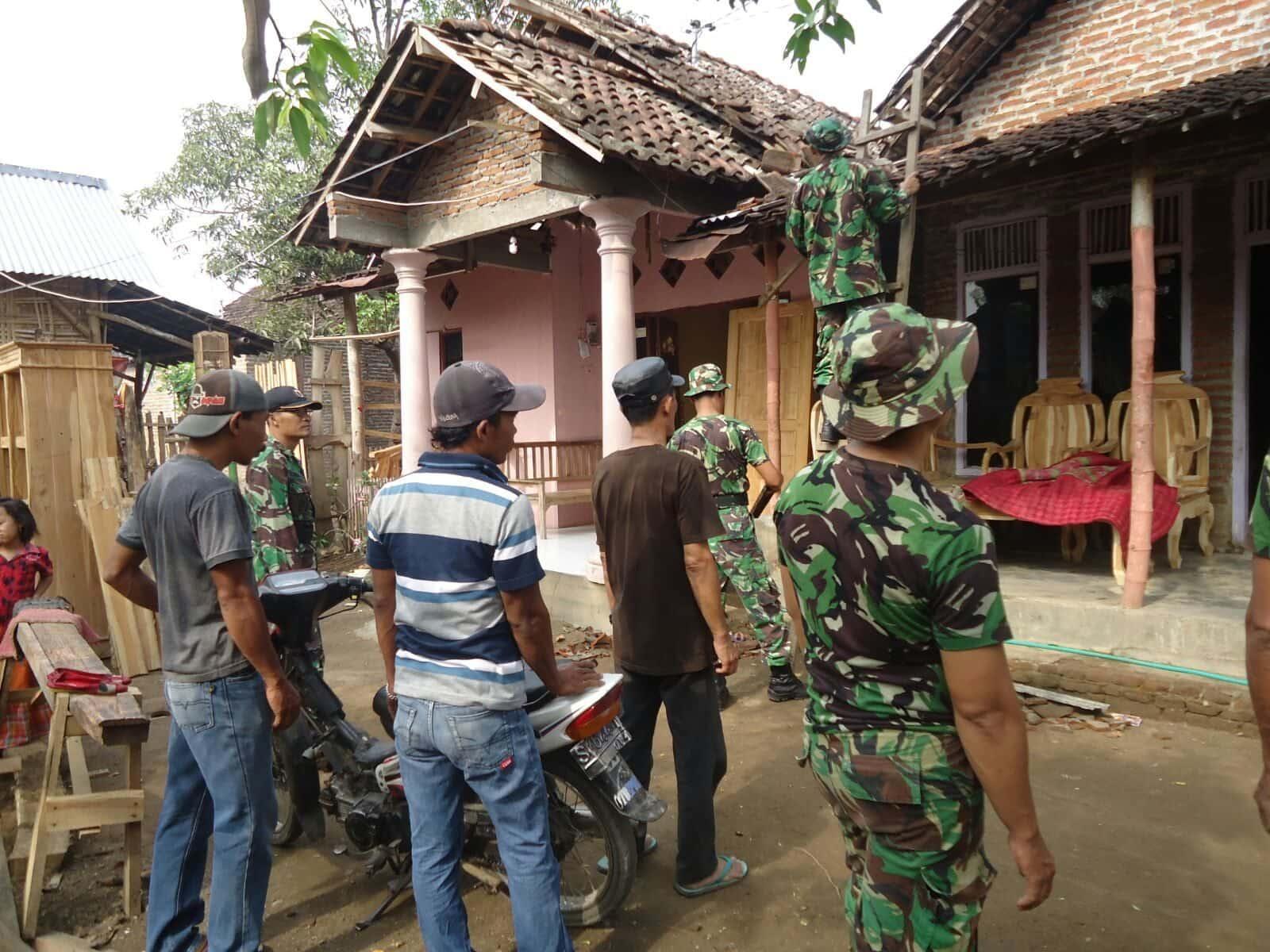 Gerak Cepat Personil Koramil Mojowarno Bantu Bersihkan Rumah Korban Putting Beliung