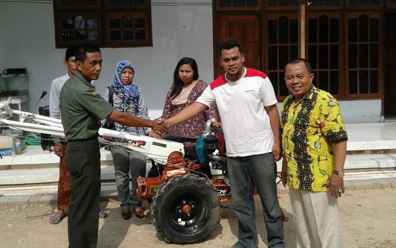 Danramil Galis Serahkan Hand Traktor Bantuan Untuk Petani
