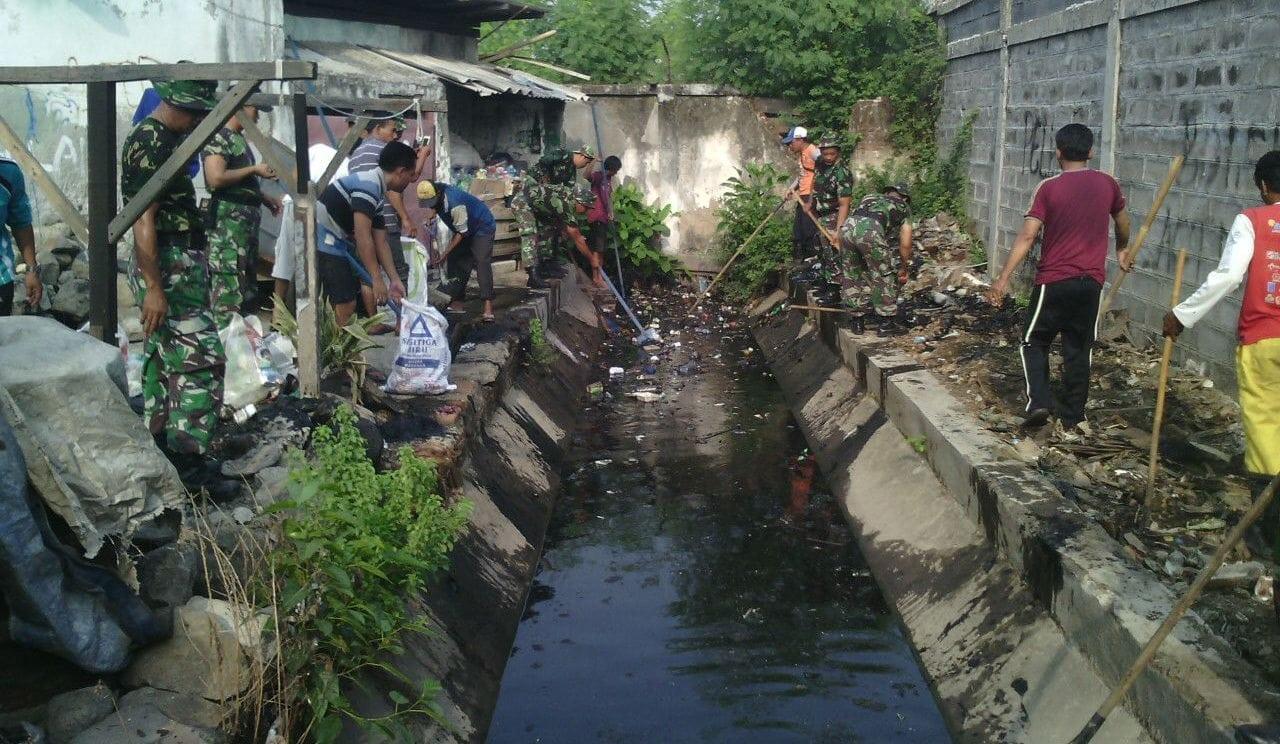 Muspika dan Koramil Pabean Cantain Bersih-bersih Lingkungan
