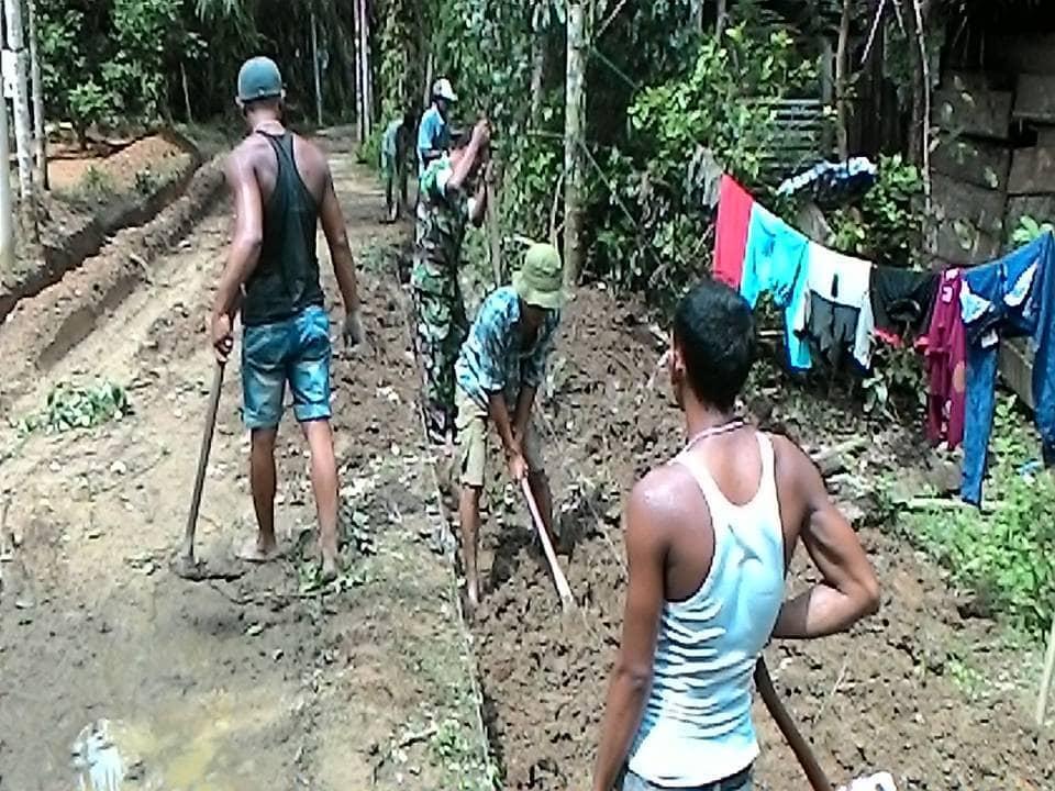 Babinsa Ramil 16/Kjm Bersama Masyarakat Melaksanakan Gotong Royong