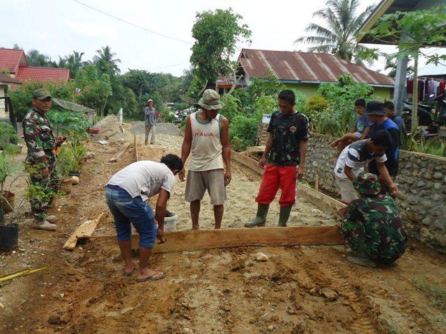 Kodim 0313/Kpr Bangun Semenisasi Jalan Sepanjang 400 Meter
