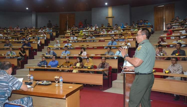 Danrem 043/Gatam Berikan Materi Kuliah Umum Kepada 240 Mahasiswa Baru Pasca Sarjana Universitas Bandar Lampung (UBL)