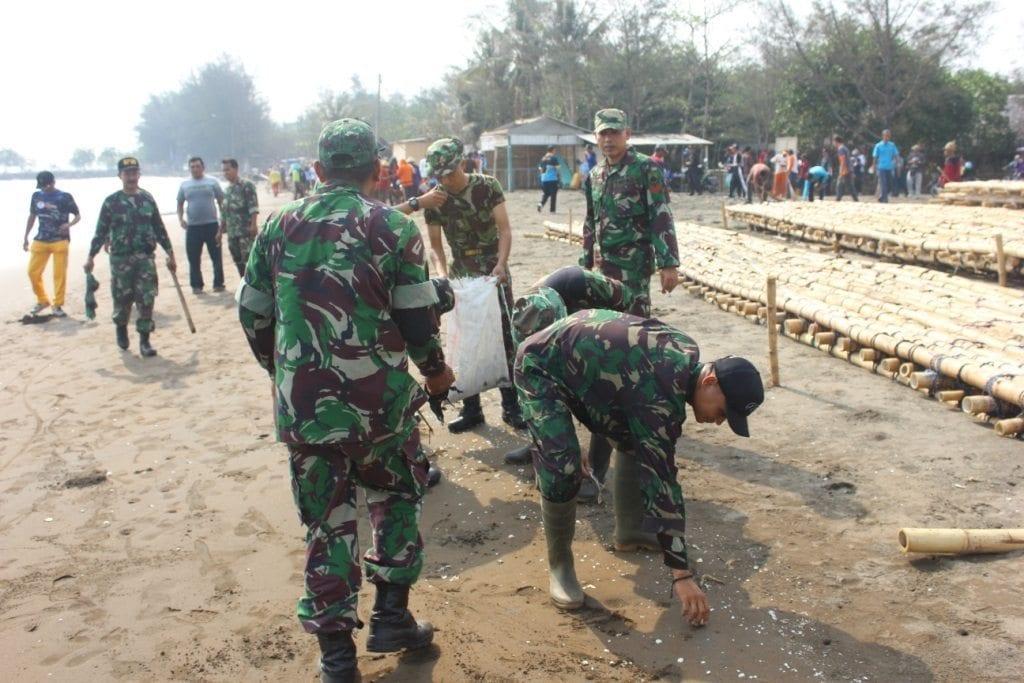 Prajurit TNI Bersama Pihak Terkait Laksanakan Pembersihan Pantai