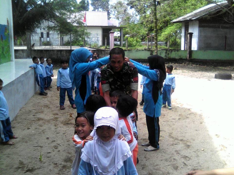 Babinsa Kodim 0114/Aceh Jaya Ajak Siswa Bermain Permainan Tradisional