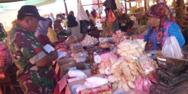 Jaga Kestabilan Harga, Babinsa 0827/16 Gapura Cek Pasar Tradisional