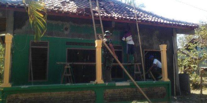 Bakti TNI Babinsa Koramil 21/Rowokele Renovasi Musholla Ataqwa Wagirpandan