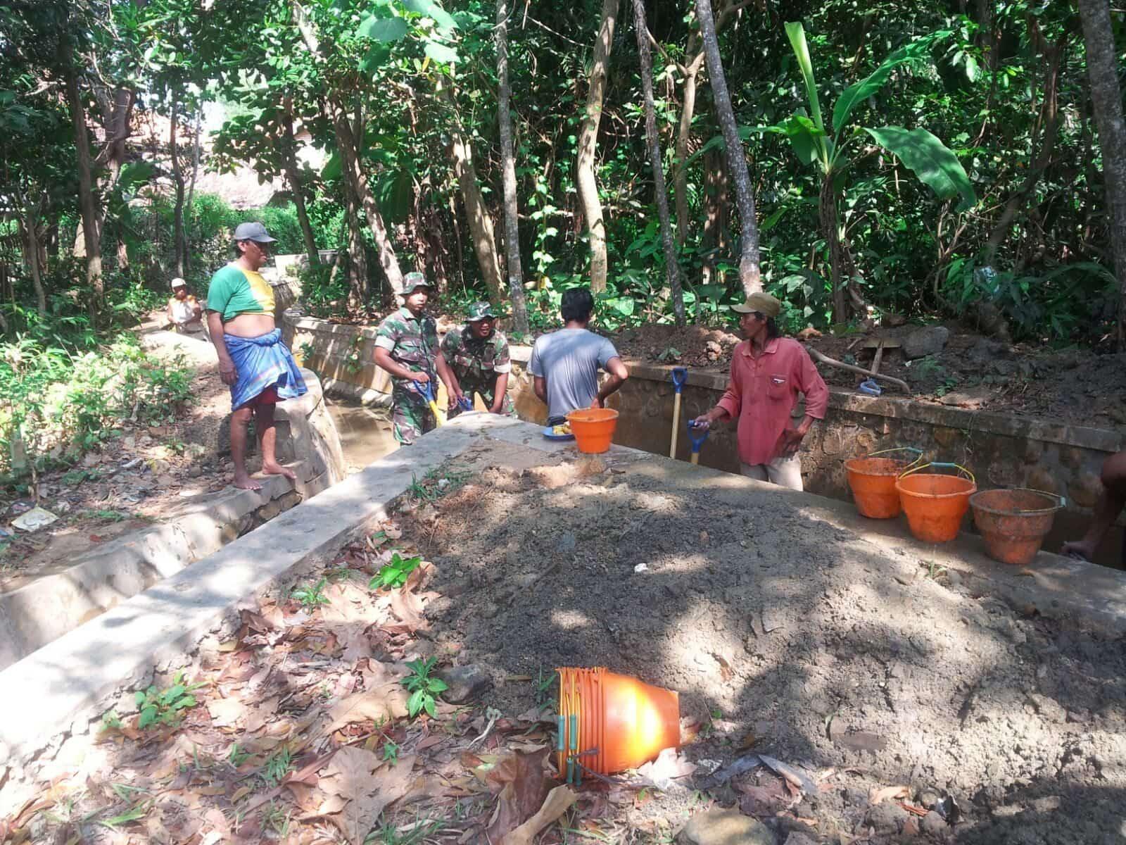 Babinsa Bersama Warga Normalisasi Saluran Irigasi Desa Tambegan