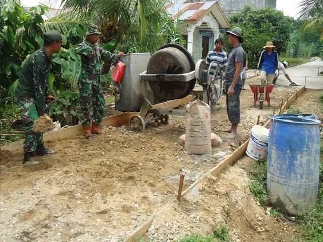 Koramil Kota Lama Bangun Semenisasi Jalan di Desa Suka Maju