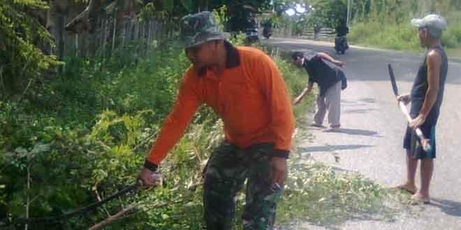 Babinsa Kec.Pangean Melaksanakan Gotong Royong Di Desa Pembatang Kecamatan Pangean