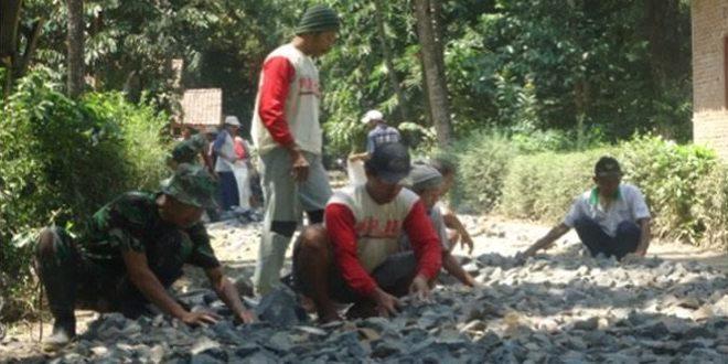 Babinsa Koramil 05/Karanggayam Bantu Makadam Jalan