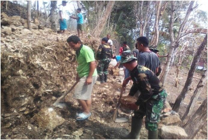 Koramil 21/Rowokele Karya Bakti Membantu Peleberan Jalan Desa