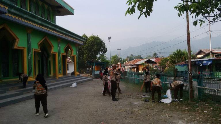Babinsa Koramil 1709-01/Yapsel Bersama Anggota Pramuka Laksanakan Karya Bakti Pembersihan Masjid Agung Darussalam Serui Kab. Kep. Yapen.