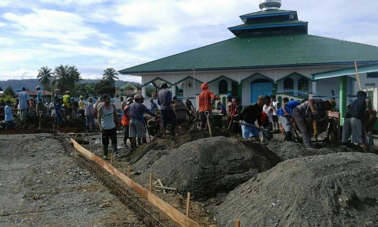 Babinsa Distrik Nabire dan Masyarakat Laksanakan Pengecoran Masjid Nabire