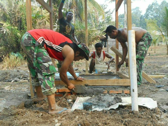 Koramil 1711-04/Getentiri Bangun 2 Unit Jamban Di Tengah Tengah Masyarakat Distrik Jair Kab.Boven Digoel