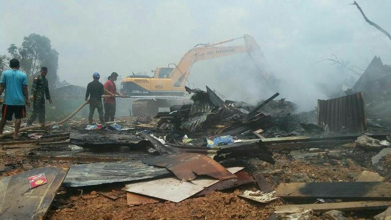 Satgas Gulben Padamkan Api di Perumahan Asike Distrik Jair Kab. Boven Digoel