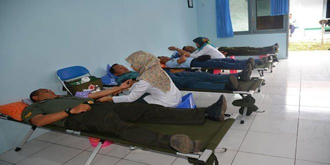 Prajurit Korem 173/PVB ikuti donor darah peringatan hari kesehatan nasional ke-51 dan hari Armada RI tahun 2015
