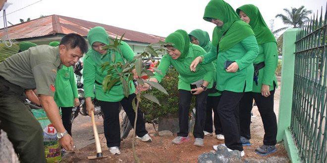 Aksi Tanam Pohon Oleh Persit Korem 044/Gapo