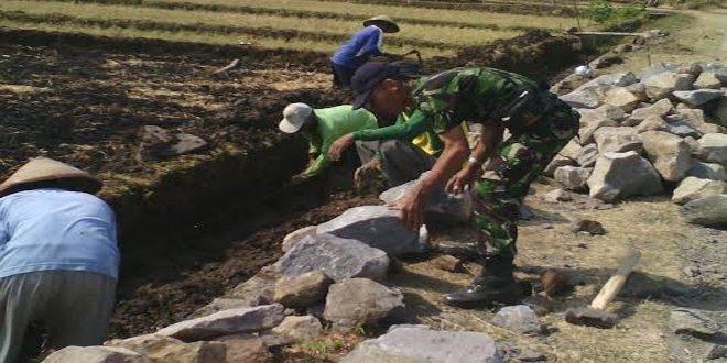Koramil Gerih Kroscek Pengerjaan Talud Saluran Irigasi di Midodareni Ngawi