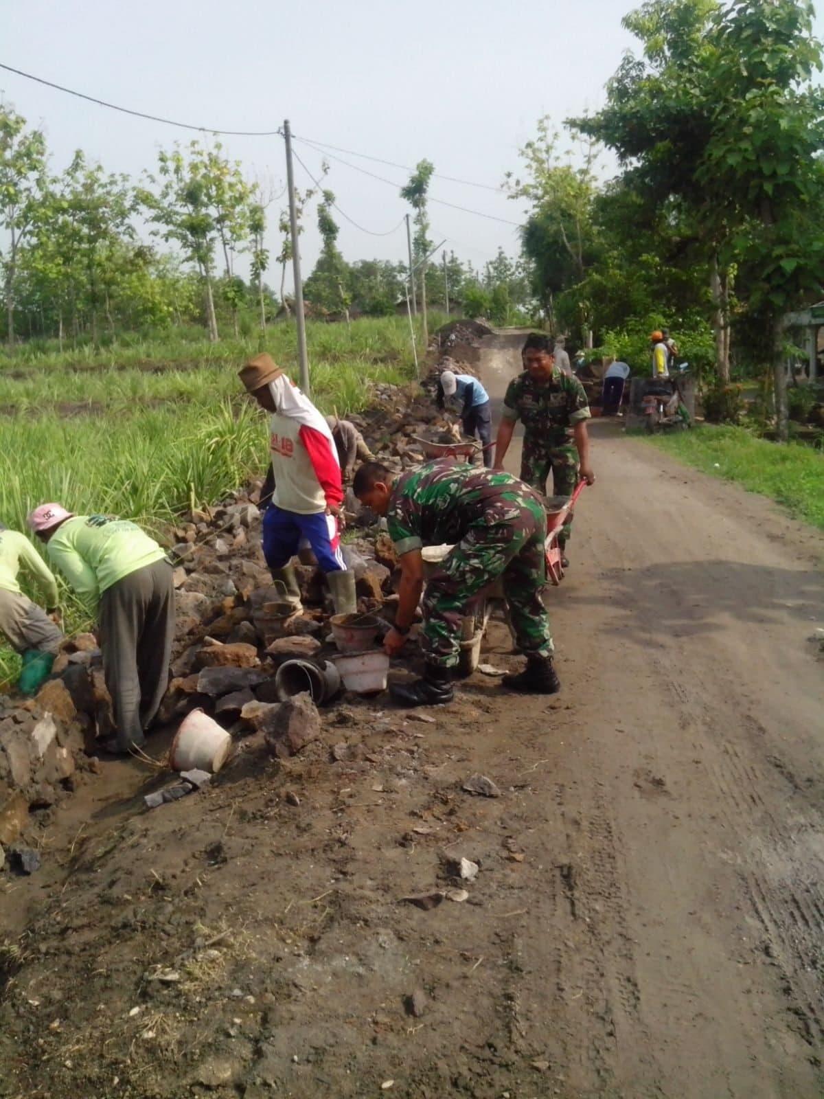 Babinsa Bersama Masyarakat Prioritaskan Bangun Talud Saluran Irigasi sepanjang 500m di Ngancar Ngawi