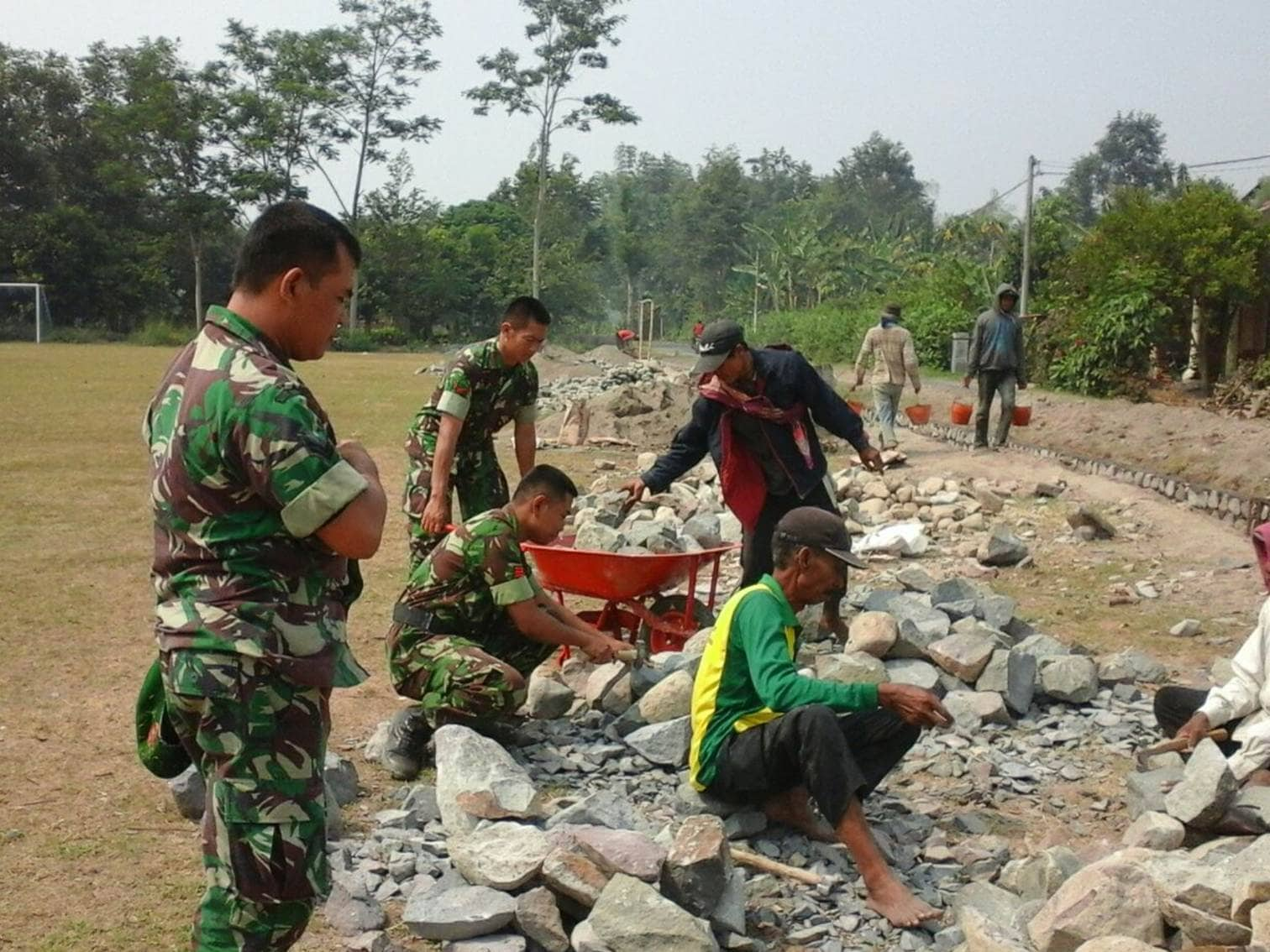 Koramil Pagu Bantu Selesaikan Pembangunan JIT Desa Semambung