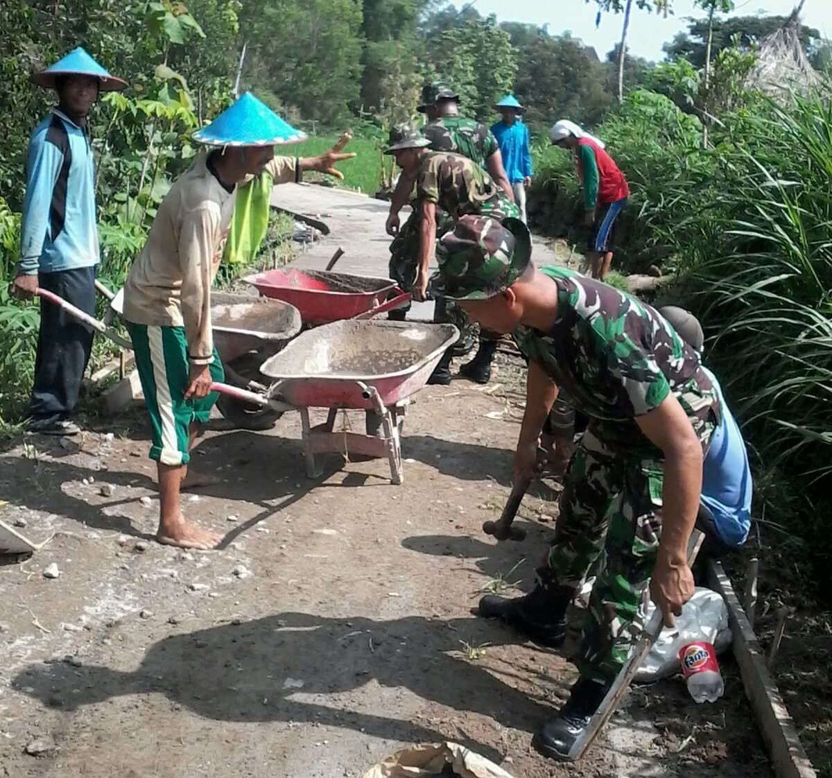 Koramil Kendal Bersama Warga Ngecor Jalan Desa Simo Ngawi