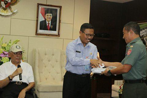 Gubernur Kaltim Serahkan Bantuan Kendaraan Roda Empat Ke Kodam VI/MLW