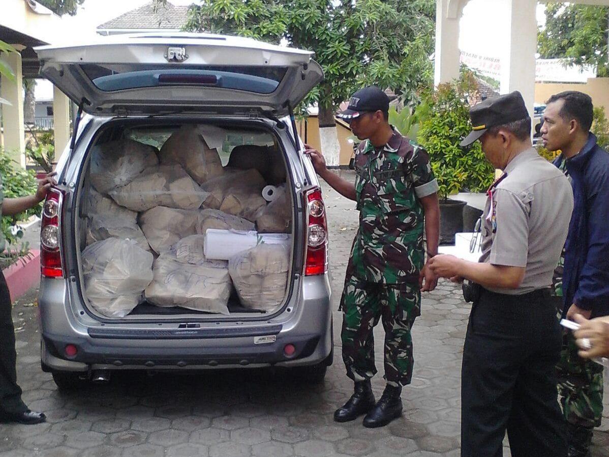 Kodim Kediri Bantu Polres Kawal Distribusi Logistik Pilkada