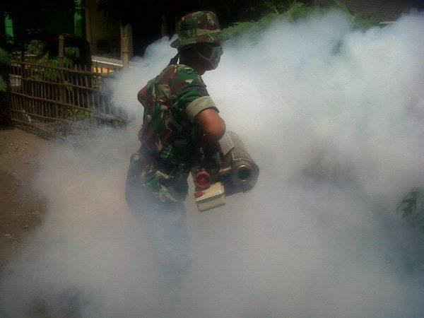 Babinsa Diwek Bantu atasi DBD dengan Mesin Fogging