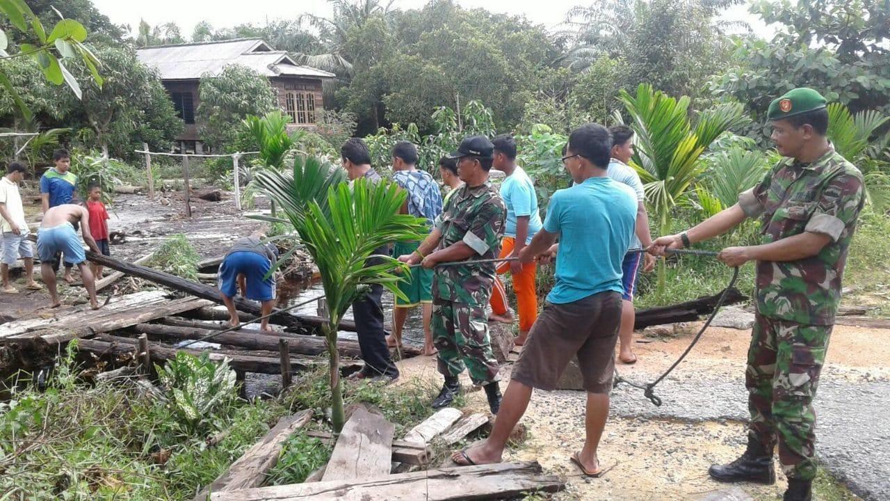 Pasca Banjir TNI AD Bantu Rakyat Perbaiki Rumah Dan Jembatan Di Kundur