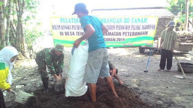 Babinsa Peterongan Bersama PPL, Beri Pelatihan Cara Buat Pupuk Organik Pada Petani