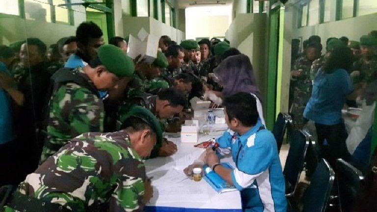 Cegah Bahaya Narkoba, Prajurit dan PNS Kodim 0503 JB Laksanakan Tes Urine