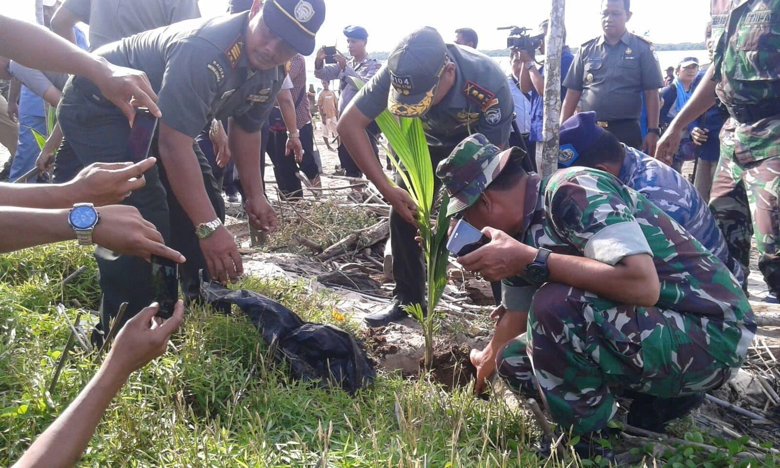 Dandim 0104/Atim Bersama Bupatih Aceh Tamiang Tanam 5000 Pohon Kelapa Genja