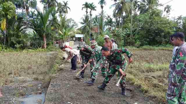Babinsa Posramil Suka Makmue Kodim 0116/Nagan Bersama Masyarakat Gotong Royong Pasca Banjir